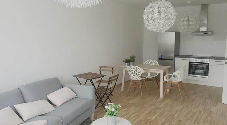 Wohnküche mit kleinem Essbereich