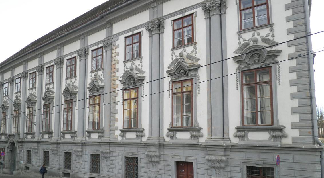 Außenfassade eines historischen Altbaus in Graz